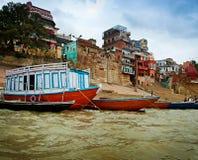 På floden Ganges i Varanasi Arkivbilder