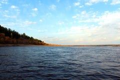 På flodviewen till kusten arkivfoto