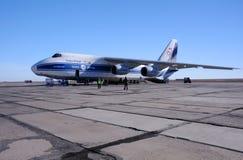 AN-124 på flygfältet Arkivbild