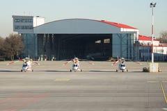 På flygplatsen finns det tre helikoptrar fotografering för bildbyråer