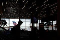 På flyttningen på flygplatsen royaltyfri foto