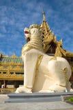 På foten av en jätte- skulptur av en drake Ett fragment av ingången till den Shwedagon pagoden myanmar yangon Arkivbilder
