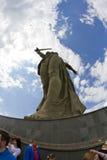 På foten av monumentet av fäderneslandet kallar i Mamayev Kurga Fotografering för Bildbyråer