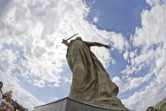 På foten av monumentet av fäderneslandet kallar i Mamayev Kurga Royaltyfri Fotografi