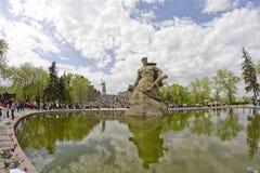 På foten av monumentet av fäderneslandet kallar i Mamayev Kurga Arkivbild