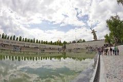 På foten av monumentet av fäderneslandet kallar i Mamayev Kurga Royaltyfri Bild