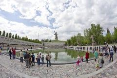 På foten av monumentet av fäderneslandet kallar i Mamayev Kurga Royaltyfri Foto