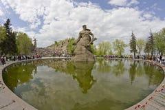 På foten av monumentet av fäderneslandet kallar i Mamayev Kurga Arkivfoto