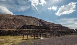 På foten av piramyden av solen teotihuacan Mexico - stad Arkivfoto
