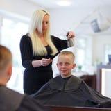 På frisören Arkivfoto