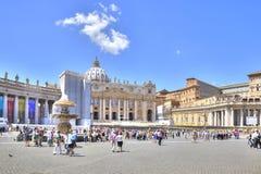 På fyrkanten av St Peter vatican Royaltyfria Bilder