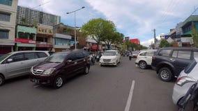 På gatan av Indonesien oljahuvudstad Balikpapan arkivfilmer