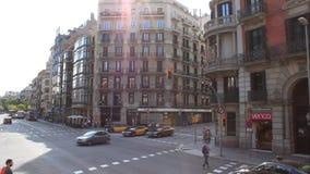 På gatorna av Barcelona upptagen trafik arkivfilmer