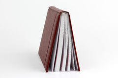 På glänt stående bok på vit bakgrund Arkivbild