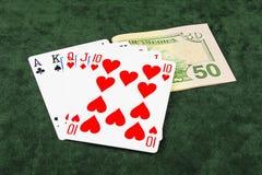 På gräsplanbiljardduk slå vad poker och fem kort Royaltyfria Bilder