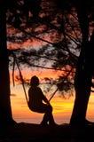 På gungan under solnedgång Royaltyfria Foton