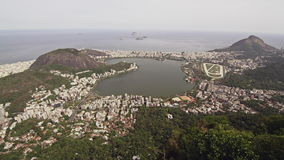 På hög nivå sikt av Lago de Rodrigo Freitas Lagoon med Horsetrack stock video