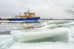 På horisonten är den synliga isbrytaren Fotografering för Bildbyråer