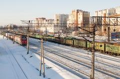 På Januari 19, 2019, Tyumen, Ryssland: Hus längs järnvägsspår fotografering för bildbyråer