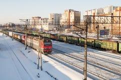På Januari 19, 2019, Tyumen, Ryssland: Hus längs järnvägsspår royaltyfri fotografi