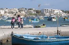 På kajen i Marsaxlokk Malta Arkivfoto