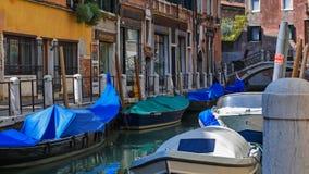 På kanalparkering Venedig royaltyfri fotografi