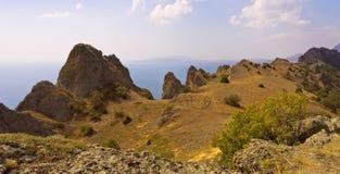 På kanten av bergmassiven Kara-Dag crimea arkivfoto