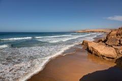 På kanten av havet nära Taghazout Marocko Arkivfoto
