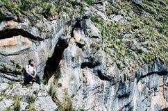 På kanten av klippan Fotografering för Bildbyråer