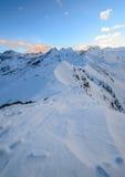 På kanten av lutningen i de schweiziska fjällängarna Arkivfoton