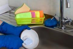 På kitehen vaskobjekt för tvättande disk arkivfoton