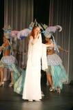 På konsertetappen i en vit klänning ledningssångaren av musikbandmintkaramellen, överdådig vokalist Anna Malysheva Rött Royaltyfri Foto