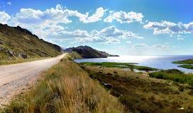På kusten av behållaren Bukhtarma Arkivfoto
