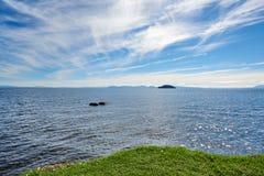 På kusterna av sjön Taupo i nya Zeland Royaltyfri Foto