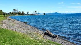 På kusterna av sjön Taupo i nya Zeland Royaltyfri Fotografi