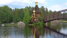 På kyrkan av aposteln Andrew på floden Vuoksa Leningrad region, Ryssland lager videofilmer