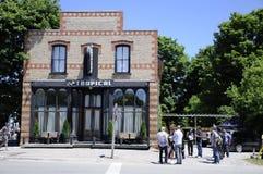 På lägefilmande på det tropiska kafét presenterade en uppdiktad restaurang i liten vik för Schitt ` s fotografering för bildbyråer