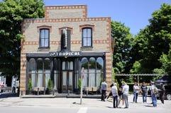 På lägefilmande på det tropiska kafét presenterade en uppdiktad restaurang i liten vik för Schitt ` s royaltyfri bild