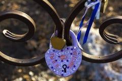 På låset i formen av en hjärtainskrift i ryss arkivbild