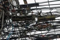På måfå hänga binder på elektriska poler i Thailand Arkivfoto