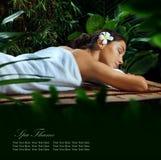 På massage Fotografering för Bildbyråer