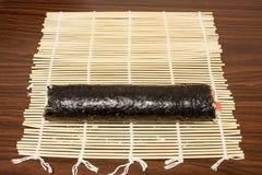 På matt bambusushirulle Royaltyfria Bilder
