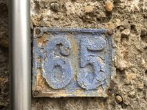 65 på metallhusplattan Arkivfoto