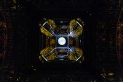 På midnatt under Eiffeltorn Arkivbilder