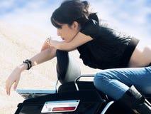 På mopeden royaltyfria bilder