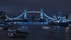 På nätterna tornbro och skepp Arkivfoto