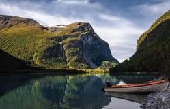 På något ställe nära Olden i Norge Royaltyfri Bild