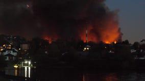 På natten stadsbrännskadorna Hus och shoppar i Moskva bränner En stor brand i Ryssland Räddningstjänsten och arkivfilmer
