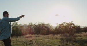 På naturen på solig dag en man som spelar med en mångfärgad sats stock video