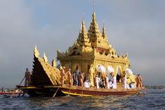 PÅ Oktober 2015, Karaweik pråm som delen av beröm på pagodfestivalen på Inle sjön, Myanmar Royaltyfria Bilder